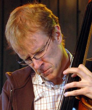 Hans Backenroth, populär basist som ofta hörs på Jazzens Museum, här med Jan Lundgren. - JazziB.HansB325